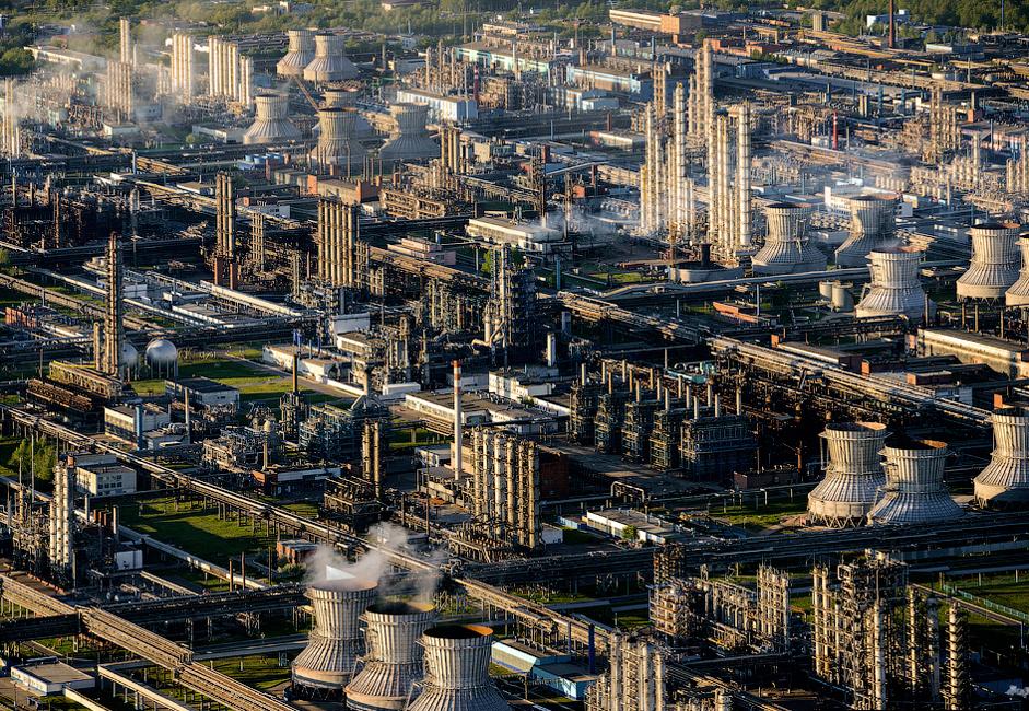 Nižnekamskneftehim jedna je od najvećih petrokemijskih tvornica u Europi. Vodeći je pogon za proizvodnju sintetičke gume i plastike. Glavi pogoni za proizvodnju smješteni su u gradu Nižnekamsku u Tatarstanu. Tvrtka je osnovana 1967. godine.