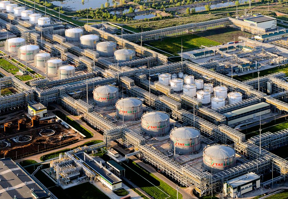 Rafinerijo nafte v tem mestu je leta 1997 odprl Nižnjekamsknjefthim, sčasoma pa so jo ločili od drugih tovarn in danes pripada koncernu TAIF-NK.