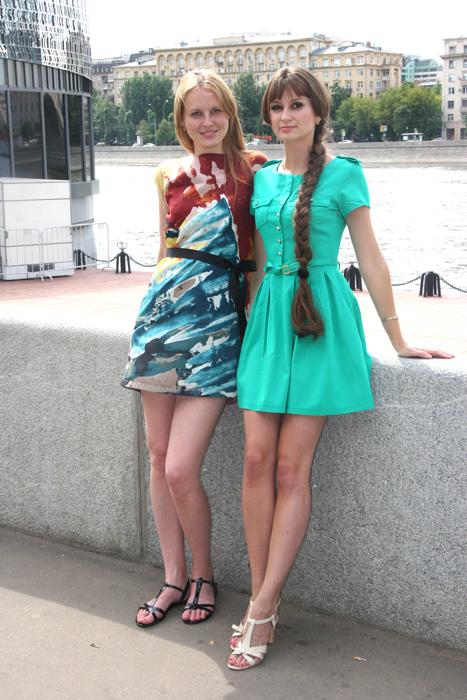 """Kristina und Swetlana, 23 Jahre, Krankenschwestern. // """"Wenn wir kurze, farbenfrohe Kleider tragen, können wir damit unsere Weiblichkeit und unsere gute Laune betonen. Auch dafür ist der Sommer da: um uns wieder lächeln zu lassen."""""""