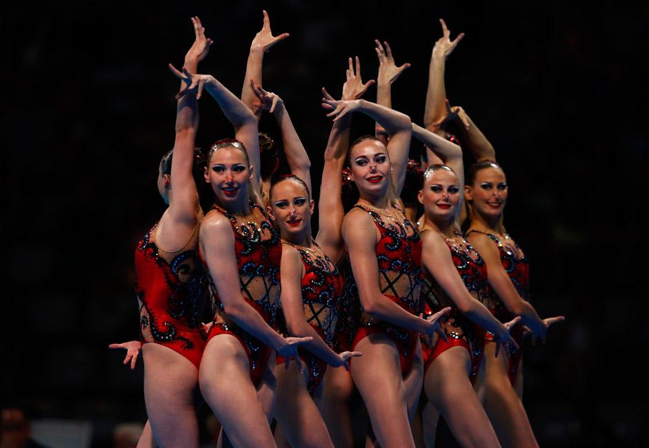 Die russische Synchronschwimm-Nationalmannschaft hat beginnend mit den Olympischen Spielen 2012 in London alle Goldmedaillen bei Weltmeisterschaften und Olympischen Spielen gewonnen. Auf dem Foto sind die russischen Sportlerinnen vor dem Kür-Programm bei der Schwimm-Weltmeisterschaft in Barcelona 2013 zu sehen.