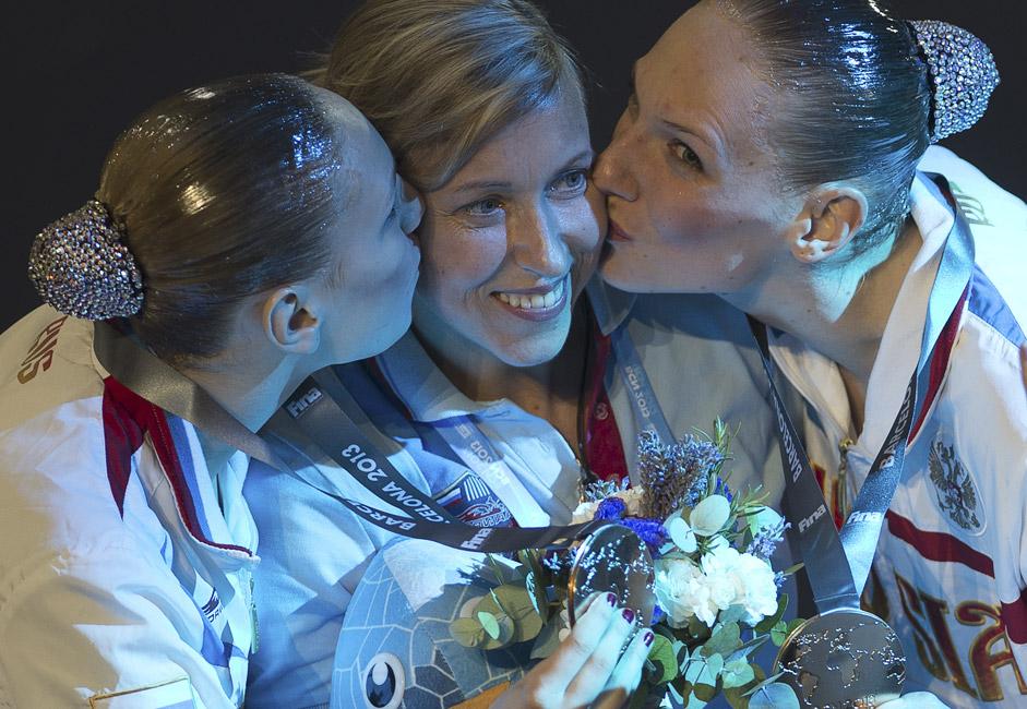 Die Cheftrainerin der russischen Nationalmannschaft Tatjana Dantschenko (Mitte) mit dem russischen Duett Swetlana Romaschina (rechts) und Swetlana Kolesnitschenko, die 2013 den Weltmeistertitel in Barcelona errangen.