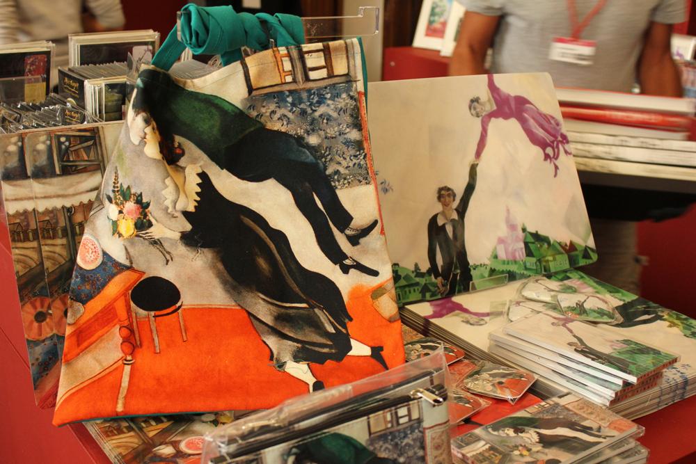"""Fin dai tempi della gioventù, il teatro aveva rappresentato per Chagall una sfera di libertà poetica e visionaria. Durante gli anni americani la sua vocazione si concretizzà nei lavori scenografici per il Ballet Theatre di New York. Nel 1945 il coreografo di origini russe Leonide Massine gli propose di lavorare sul soggetto de """"L'uccello di fuoco"""" di Stravinskij per il quale appunto realizzò alcuni costumi (memorabile quello dell'uccello di fuoco creato per l'amica ballerina Alicia Markova) e le scenografie"""