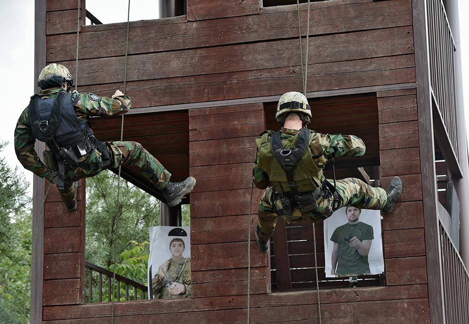 "Para komando harus mengingat wajah empat ""teroris"", yang sangat mirip dengan satu sama lain, di antara para sasaran."