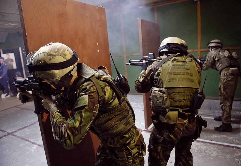 Tahap kedua dilakukan di jalur rintangan khusus dan lapangan tembak dengan senapan submesin.
