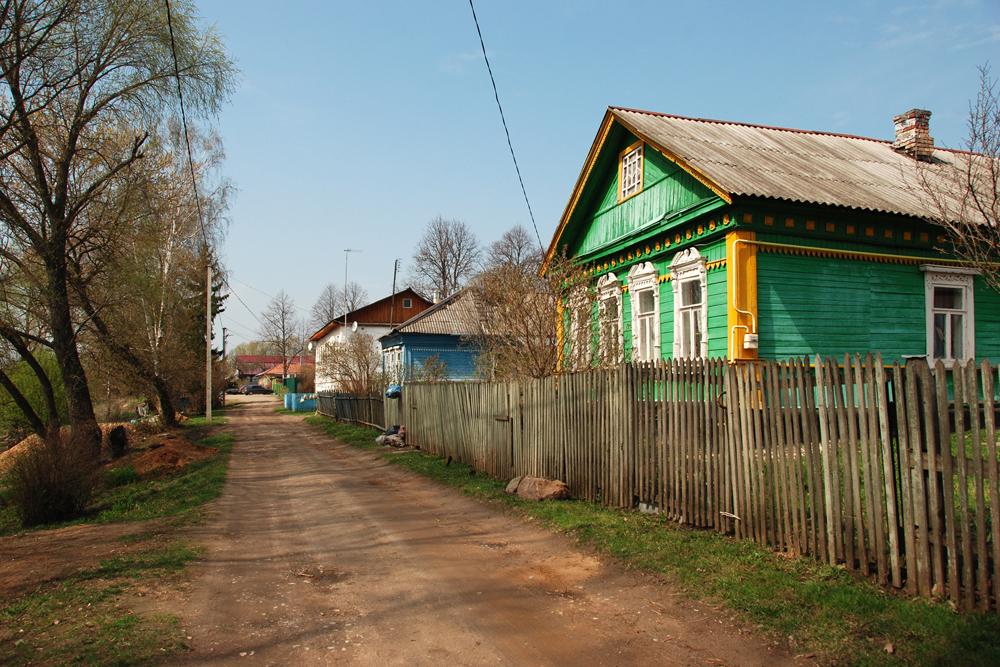 大昔からロシアの都会人は夏を郊外で過ごしてきた。この習慣は今日も続く。「別荘」と言っても、6ソトク(600平方メートル)の小さな土地に立つ簡潔な小屋から、1ヘクタール(1万平方メートル)以上の広大な土地に建つ屋敷まで、様々である。誰もが、うるさく、落ち着きのない都会から避難しようとする。避難する場所として最も手頃なのは、田舎の村の家だ。