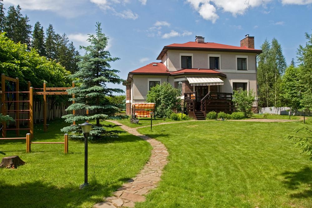 経済的に余裕がある者は、一年中住む事の出来る、郊外の快適な高級住宅を好む。