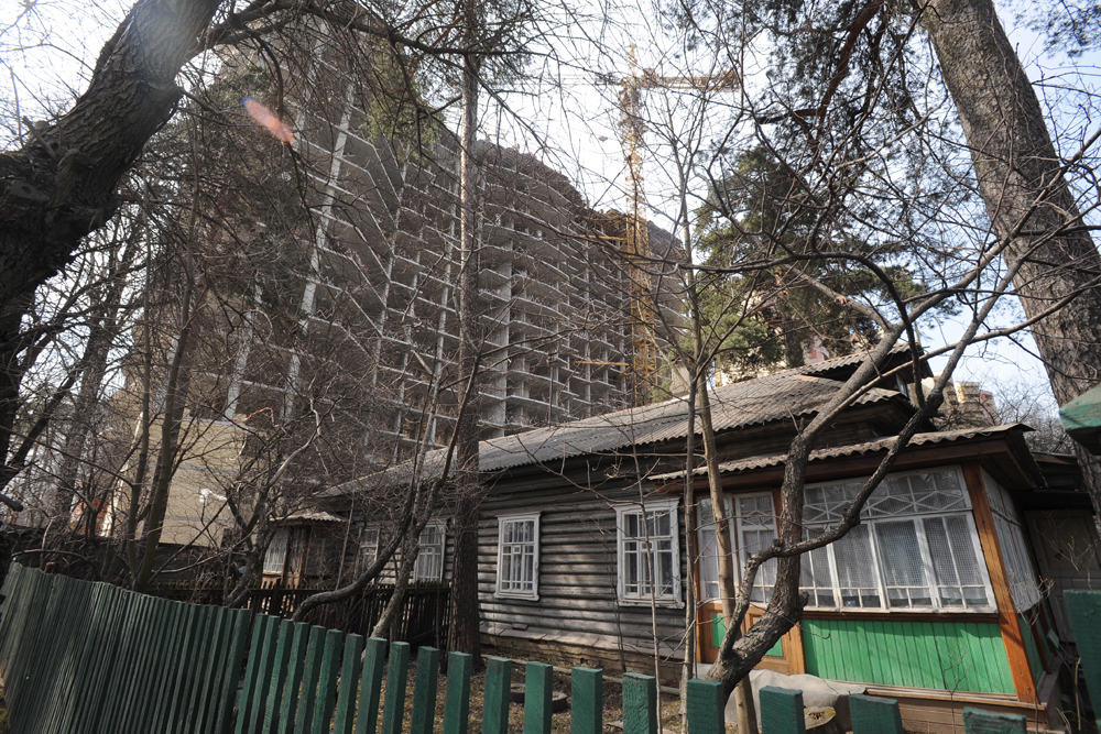 モスクワは一日にして成らず。現在高層住宅が建つ場所には、かつて村や田舎の家があった。所々、このような小さな村が残っている。