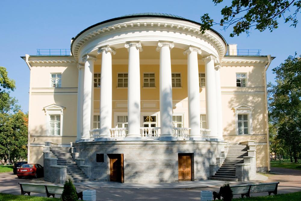 最も高値のダーチャは豪華絢爛で、広大で、ユニークなデザインを誇る。このようなダーチャの所有者達は、こうして財力を示すのである。