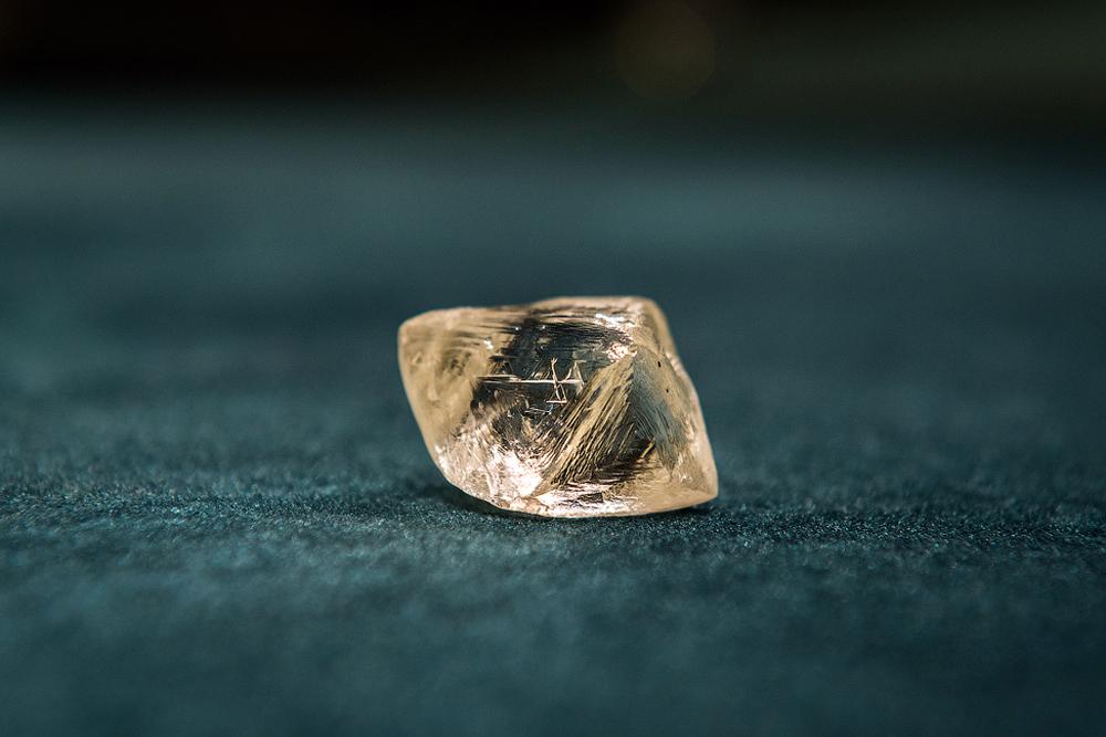 АЛРОСА произвежда повече необработени диаманти от всяка друга компания в света.