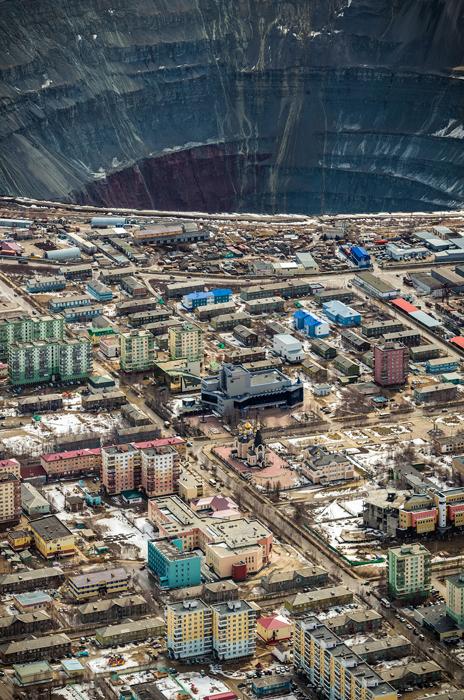 S dubinom od 525 m i promjerom od 1.2 km, rudnik u Mirnom jedan je od najvećih u svijetu: u njega stane cijeli jedan tv toranj Ostankino.