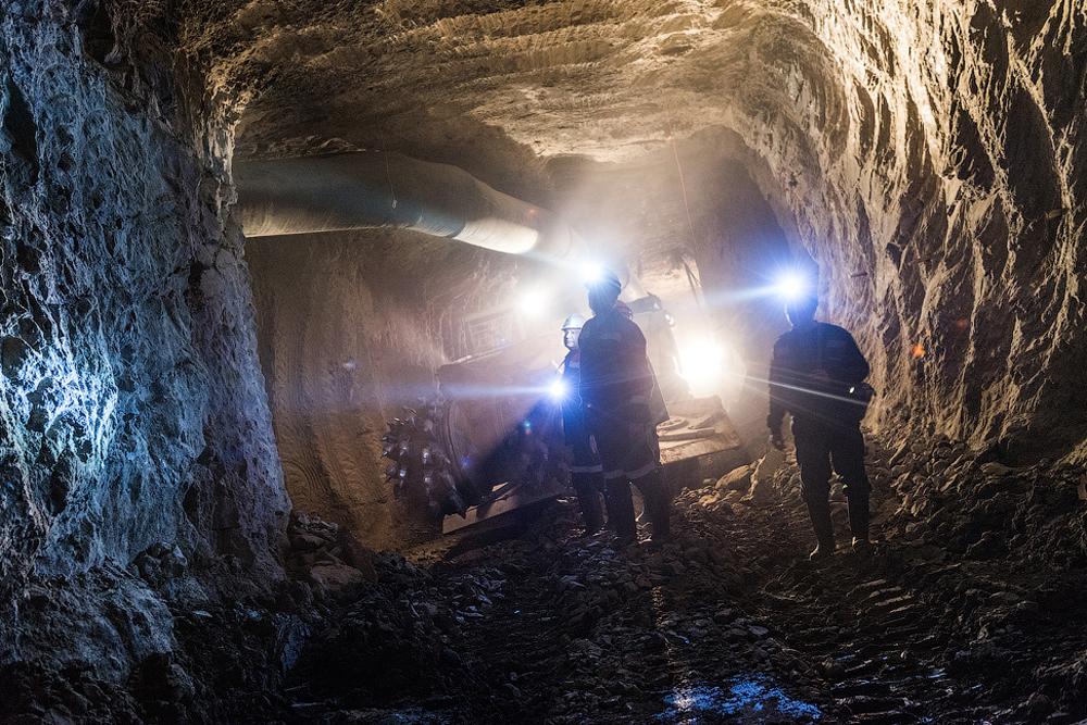 В мината се работи денонощно – без почивка. Единствените почивни дни са Нова година и Денят на миньора.