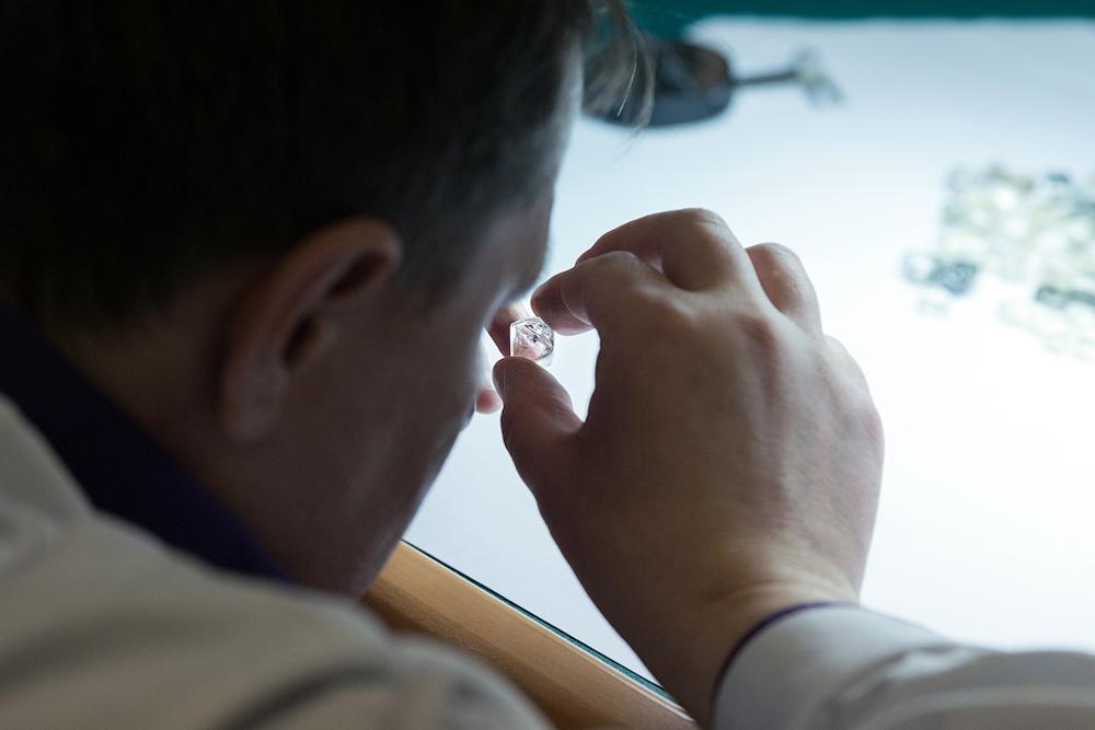 Всички диаманти, добити в находищата на компанията в Якутия, се изпращат в сортировъчния център в Мирни.