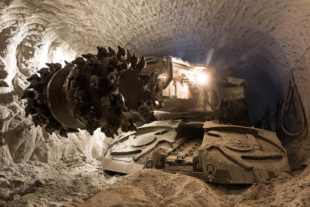 Kompanija proizvodi dijamante i u Arhangelskoj oblasti i u Africi.