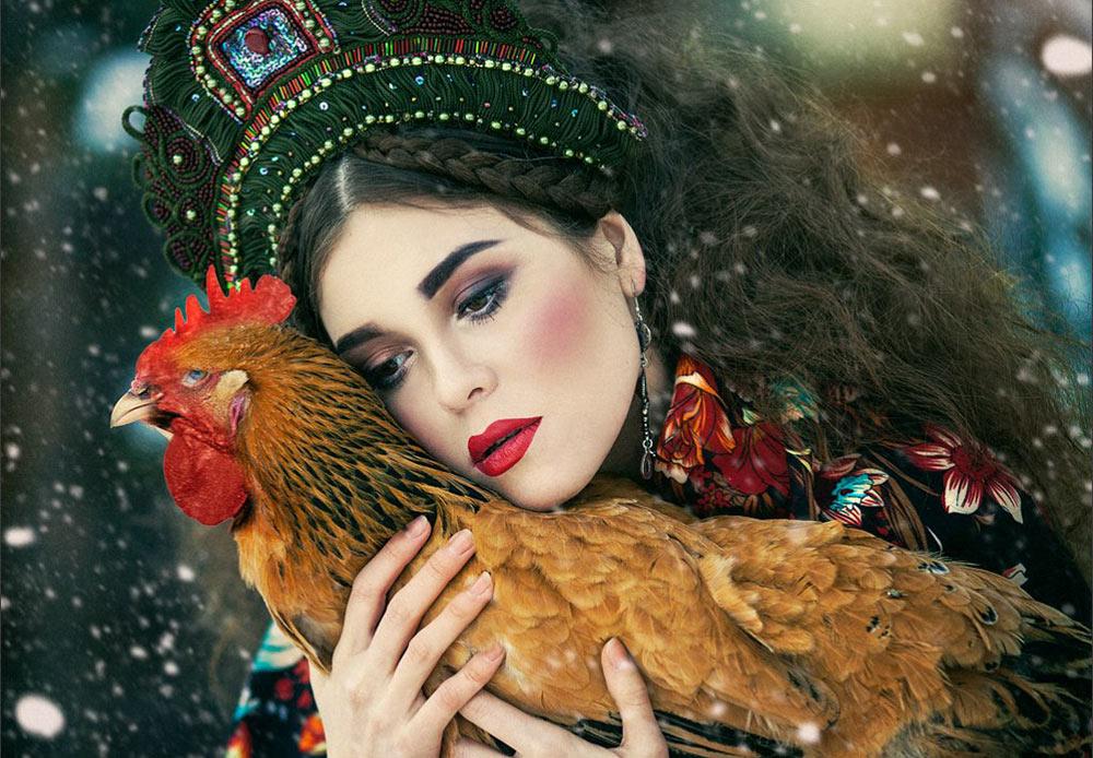 Margarita menggunakan pola dan benda tradisional Rusia, bahkan beruang, dalam karya-karyanya.