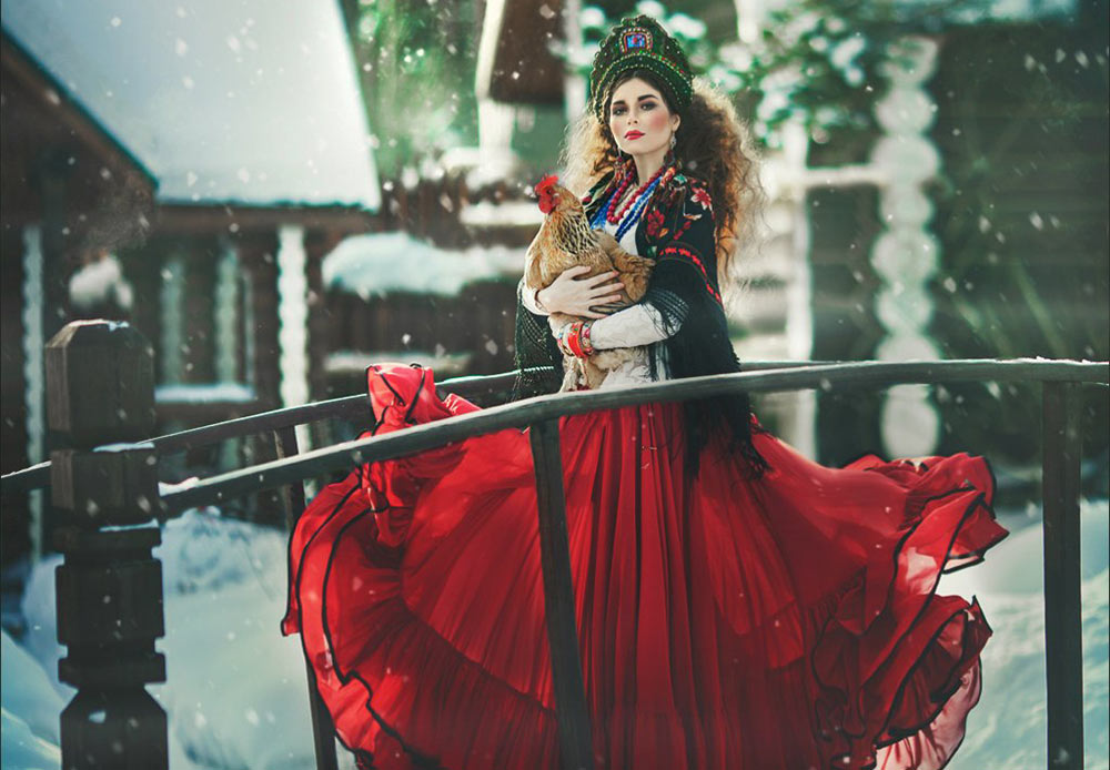 Di Rusia kuno, perempuan tidak memakai topi, karena topi hanya dipakai oleh kaum laki-laki. Perempuan memiliki aksesori kepala sendiri yang lebih cantik dan nyaman yakni kokoshniks. Aksesori ini terbuat dari bahan-bahan mahal seperti sutra, beludru, atau brokat, dan dihiasi dengan mutiara, renda, batu, atau sulaman benang emas.