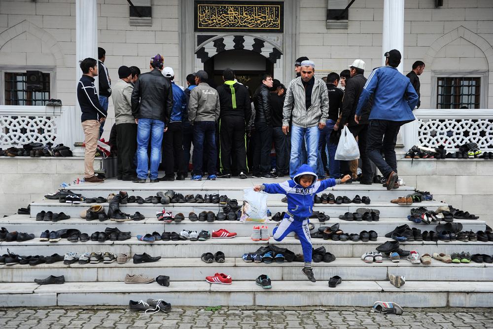 Selain di masjid, umat Islam Rusia berkumpul di empat area tambahan khusus yang disiapkan oleh pemerintah setempat untuk merayakan Idul Fitri.