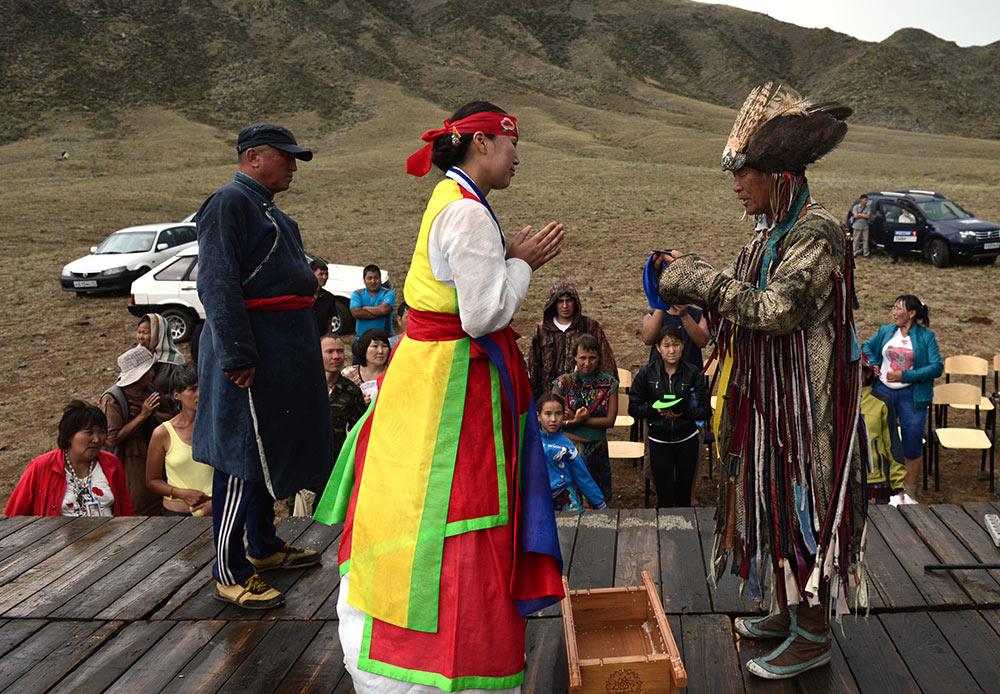 """Pengunjung yang tertarik bisa belajar tarian """"Elang"""", yang merupakan bagian program kesehatan spiritual Un-Hun. Tujuan festival ini adalah kebangkitan tradisi ilmu gaib secara global."""