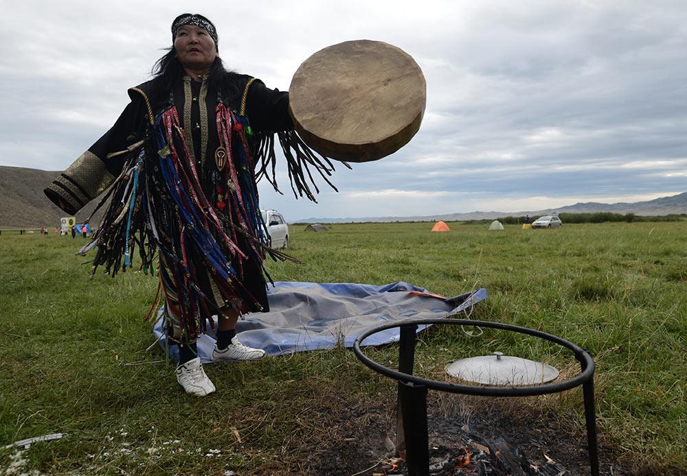 Le chamanisme est une des plus anciennes pratiques spirituelles humaines, il prévaut en Sibérie depuis l'âge de Bronze. Le rôle du chaman dans la société était d'agir en tant qu'intermédiaire entre ce monde et le prochain.
