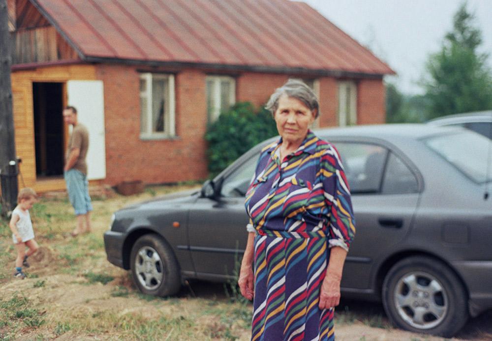 La datcha [maison de campagne, ndlr] est l'endroit où se reposent les Russes après une semaine de travail. Toutes sortes de choses s'y entassent au fil des années. Vieux meubles, vêtements démodés, chapeaux étranges et bottes pour les marais, lits de camps et piles de bois.
