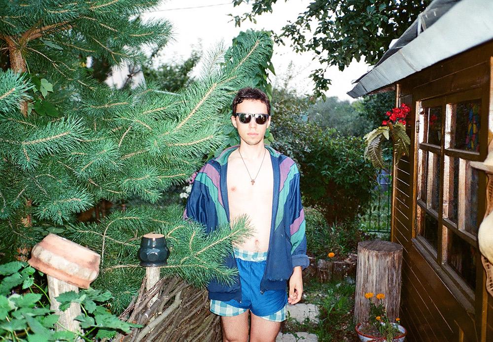 Leonid, 23 ans. Le charme de cette tenue réside dans les deux caleçons qui viennent compenser l'absence de haut. Un blouson teddy avec des lignes qui s'entrecroisent est un must-have de cet été.