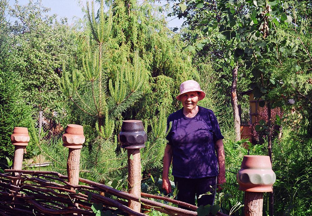 """Inna Petrovna, 60 ans. Elle est la principale source des tendances de mode parmi les amoureux du """"bob"""". Tout le monde sait qu'on ne vient pas sa reposer dans une datcha. Il y a du pain sur la planche! Vous courrez le risque d'attraper une insolation en passant toute la journée dans le jardin, donc prenez soin de votre bob à tout moment."""