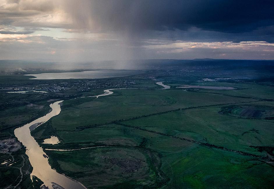 Zabaikalsky Krai (sebelah timur Danau Baikal di Siberia) terkenal dengan danau-danau jernihnya dan pemandangan yang menakjubkan. Belukar liar dan bongkahan batu tersebar di lembah-lembah, eksposur batuan yang aneh menonjol di sepanjang punggung bukit, dan pinggiran hutannya disesaki dengan pohon birch kecil. Selain itu, daerah ini sangat kaya akan sumber daya alam.