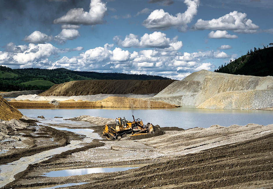 La région de Gazimouro-Zavodsky est l'une des plus reculées et des moins peuplées de l'oblast de Tchita – au bout du monde, comme on dit. Les explorateurs russes ont atteints les rives du Gazimour à la fin des années 1750. La localité rurale accueille une usine d'extraction d'or et d'autres métaux précieux. La ville comme l'usine sont connues sous le nom de Gazimoursky Zavod.