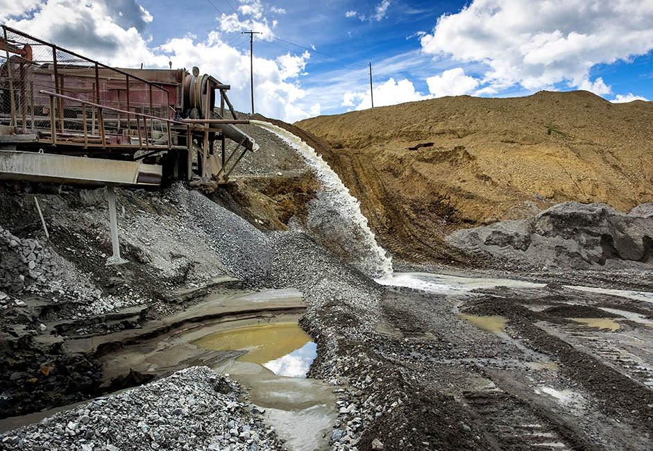 Près de 95% de la poudre d'or contenue dans les sédiments aurifères est extraite à l'aide d'une machine de rinçage. Il y a 15 ou 20 ans, près de la moitié était perdue et considérée comme du déchet. Tout a commencé non pas grâce à l'or, mais grâce à l'argent. Au début des années 1720, on a découvert que le bassin du Gazimour contenait des dépôts d'argent, après quoi la colonisation de ces vastes étendues inhabitées a commencé.
