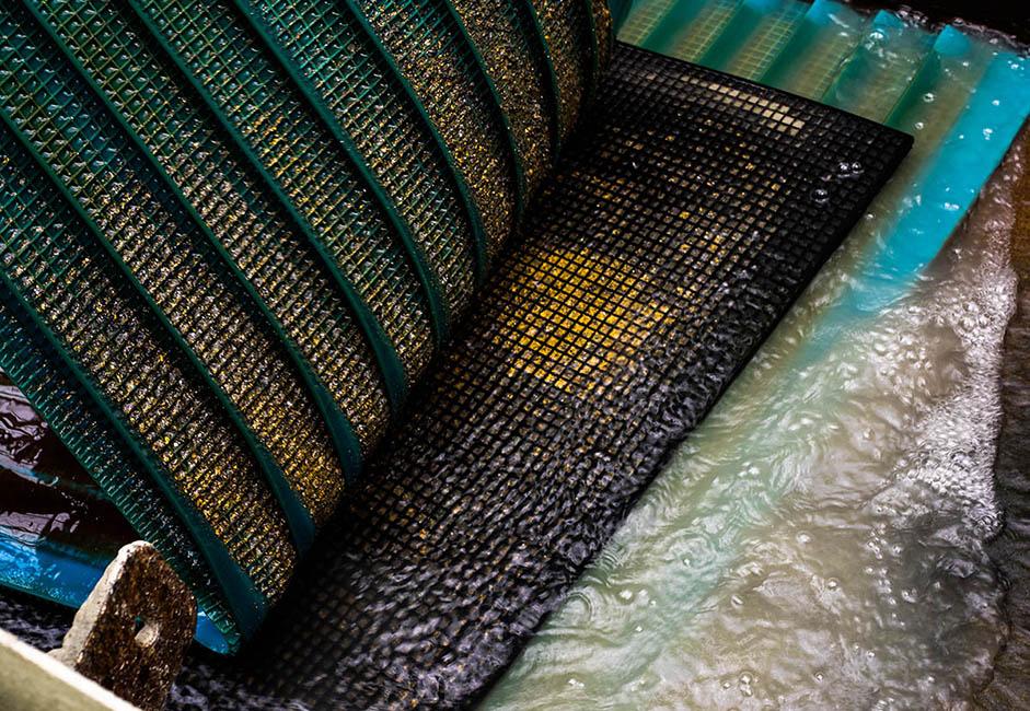 """Hélas, la présence d'or et d'autres métaux précieux n'était pas toujours synonyme de bonnes conditions de vie. Au XIXe siècle, des décembristes, des insurgés polonais et des membres de mouvements révolutionnaires ont tous trimé à cet endroit. Chaque jour, entre 2,5 et 4 kg de poudre d'or sont déposés sur ces tapis. La """"récolte"""" est surveillée une fois par jour."""