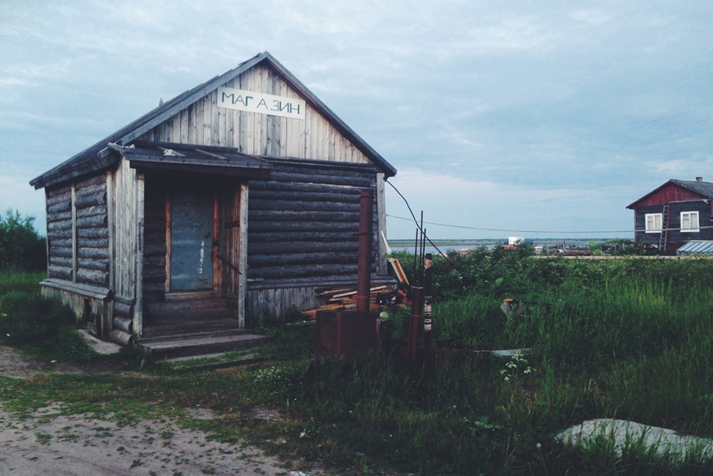 """8/10. Дуж пута наилазили су на пусте стазе, нахерене ограде и стару бараку са натписом """"продавница"""". Уместо у Северодвинск, екипа """"Батењке"""" је на крају доспела у село Строитељ – сасвим случајно."""