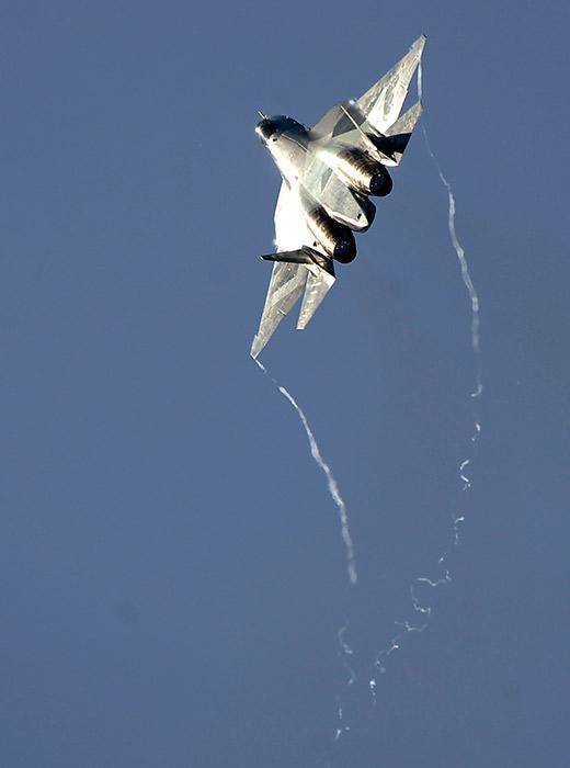 """T-50 PAK FA je budući taktički višenamjenski lovac-presretač. Sadašnji plan je uvesti ga u sastav Ruskog vojnog zrakoplovstva 2016. godine. U međuvremenu, nastavljaju se testiranja ovog zrakoplova na poligonu u Ahtubinsku, a PAK FA se povremeno pojavljuje na najvažnijim avio-izložbama i natjecanjima u Rusiji, kao što su MAKS i """"Aviadarts""""."""