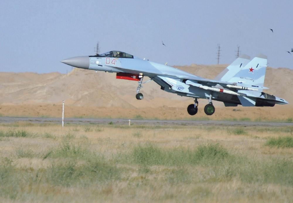 """Su-35S je višenamjenski supermanevarski lovac jednosjed generacije """"4 ++"""". Trenutno su u tijeku isporuke ove letjelice Ruskom ratnom zrakoplovstvu. Su-35S je 2013. izazvao pravu pometnju na međunarodnom avio-salonu u Le Burgeu u Francuskoj. Kada se zrakoplov vinuo u nebo zavladao je tajac. Publika je bez daha promatrala njegov let."""