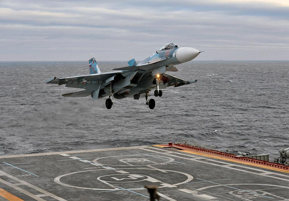 Penerbangan berbasis laut memiliki kategori tersendiri. Lepas landas dan mendarat di atas dek apung kapal pengangkut pesawat di tengah laut serta mengaitkan pesawat pada kabel penahan merupakan hal-hal di luar kemampuan pilot pada umumnya. Su-33, pesawat berbasis dek utama Angkatan Laut yang merupakan satu-satunya kapal pengangkut pesawat, diterbangkan oleh Laksamana Kuznetsov, Rusia.