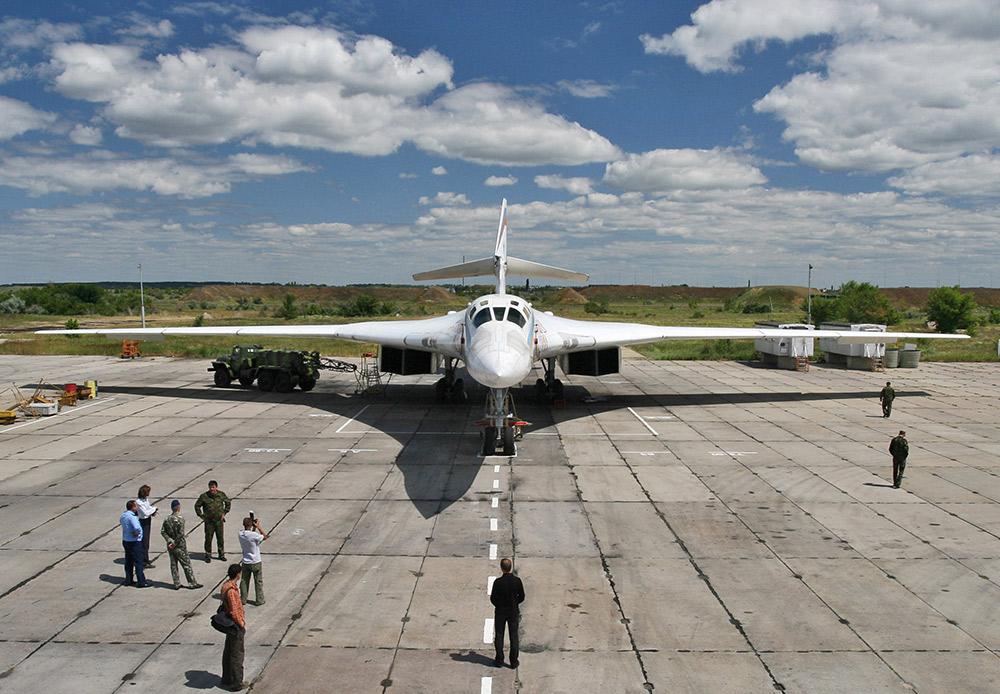 """Strateški bombarder Tu-160, poznat kao """"bijeli labud"""", najveći je supersonični vojni avion na svijetu. Rusko ratno zrakoplovstvo u svom sastavu ima svega 16 ovakvih divova, ali i to je dovoljno za uspješno odvraćanje od nuklearnog napada. Nakon 2020. Rusija će pokrenuti serijsku proizvodnju PAK DA - novu generaciju kompleksa dalekometne avijacije koji će postupno zamijeniti Tu-160 i Tu-95."""