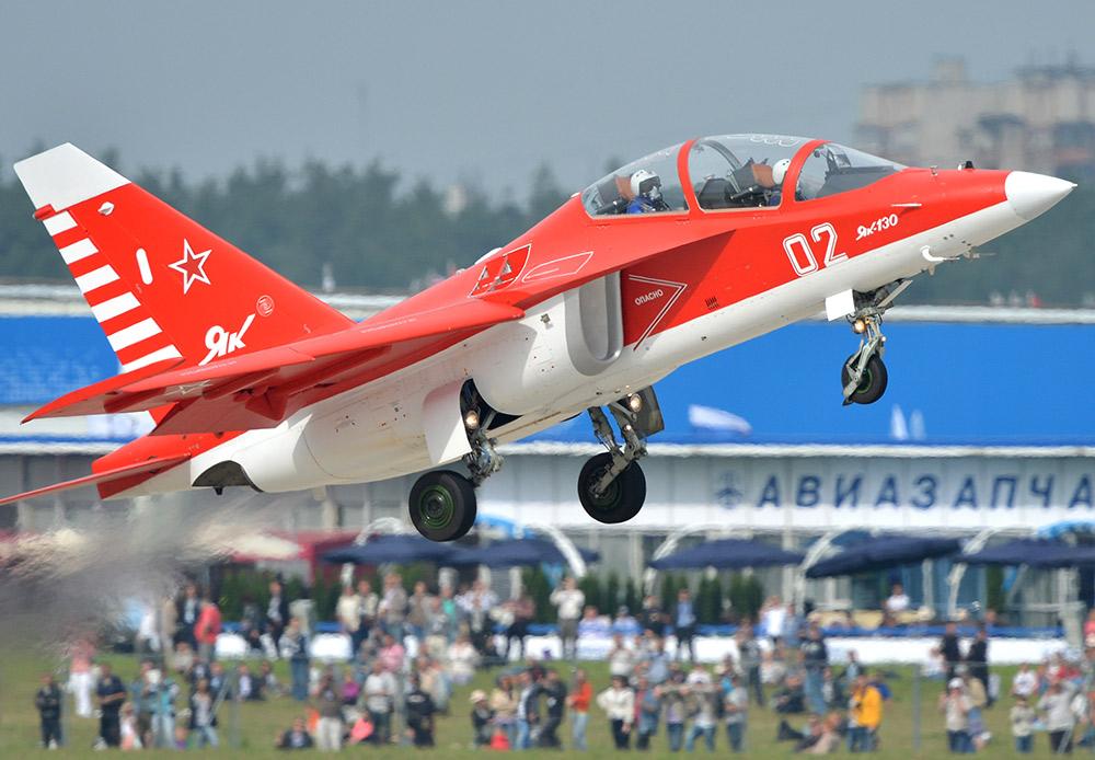 Satu-satunya pesawat latihan tempur Rusia adalah Yak-130. Selama latihan, fitur autopilot-nya dapat menyeimbangkan pesawat dalam keadaan darurat dan menyarankan tindakan yang perlu diambil oleh pilot pemula.