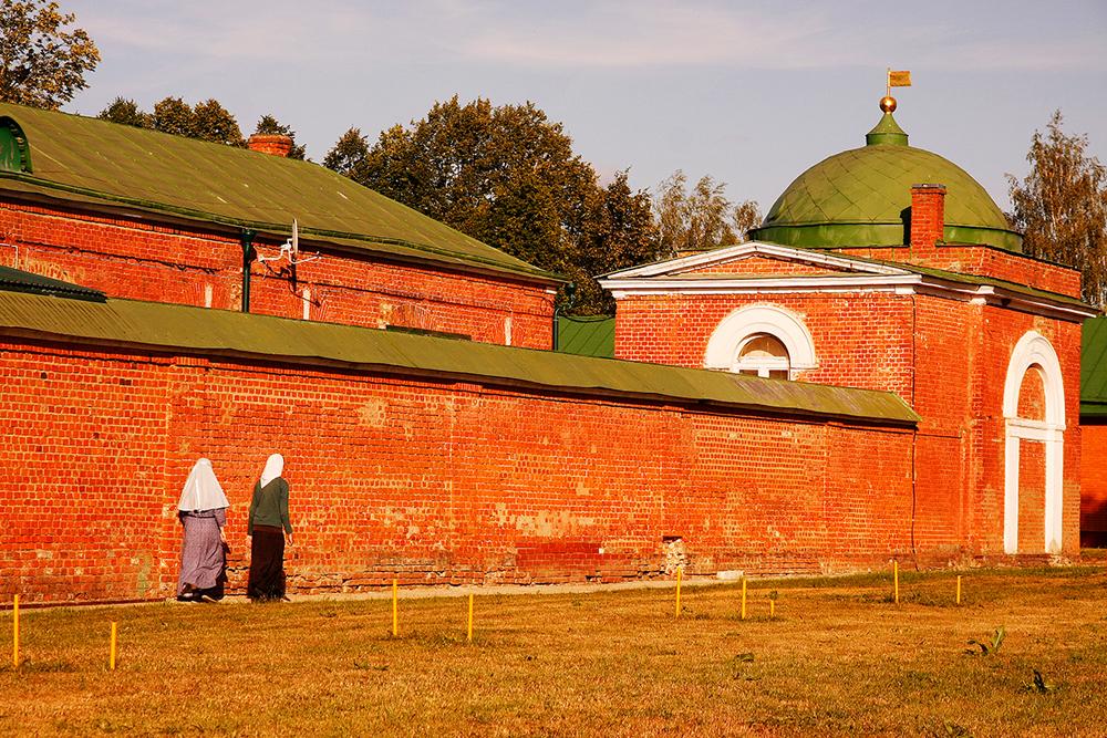 По изградбата земјата околу црквата била оградена со ѕидови и станбени објекти.