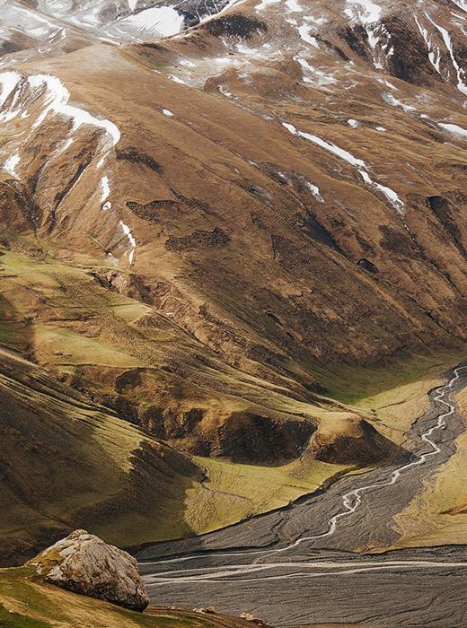 Sepanjang rentang sejarahnya, Akhty termasyhur berkat mata air panas belerang yang memberi khasiat penyembuhan. Mata air ini memancar dengan tekanan tinggi dari lapisan serpih gunung. Mata air ini pertama kali disebut dalam dokumen bersejarah dari abad ke-6 M.