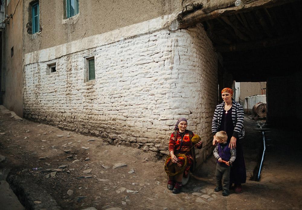 Keramah-tamahan adalah tradisi sakral di Kaukasus. Hidangan mewah dan orang-orang yang hangat membuat tempat ini tujuan istimewa untuk bertamu. Jika Anda tak memiliki teman Dagestan saat Anda tiba di sana, Anda pasti akan mendapat teman saat meninggalkannya.