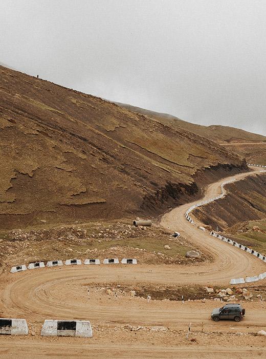 ダゲスタンでも最も遠隔の地に到達するのは容易ではない。そこまでの道は曲がりくねっていて、明かりもほとんど設置されていない。