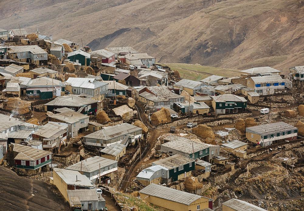 Desa Kurush. Seluruh penghuni desa hanya hidup dengan beternak, karena bercocok tanam sayur-mayur di ketinggian desa tersebut merupakan hal yang mustahil.