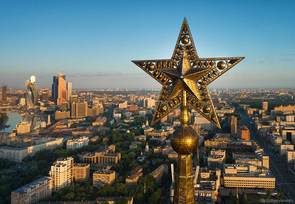 モスクワのスターリン様式の高層建築、セブンシスターズの尖塔と高さ5メートルの星を間近から眺めたことがある人は数少ない。/ クドリンスカヤ広場の文化人アパートビル。高さ:156メートル