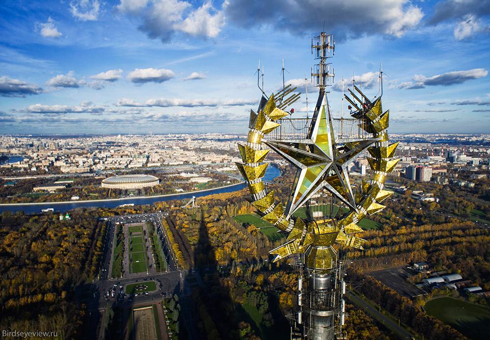 """Como sugere o próprio nome, trata-se de um grupo de sete arranha-céus. O estilo stalinista das construções é tão marcante que a população local não utiliza o nome oficial, optando por chamá-las de """"Stalinskie Vissotki"""" (Arranha-céus de Stálin). / Edifício principal da Universidade Estatal de Moscou (altura: 240 metros)"""