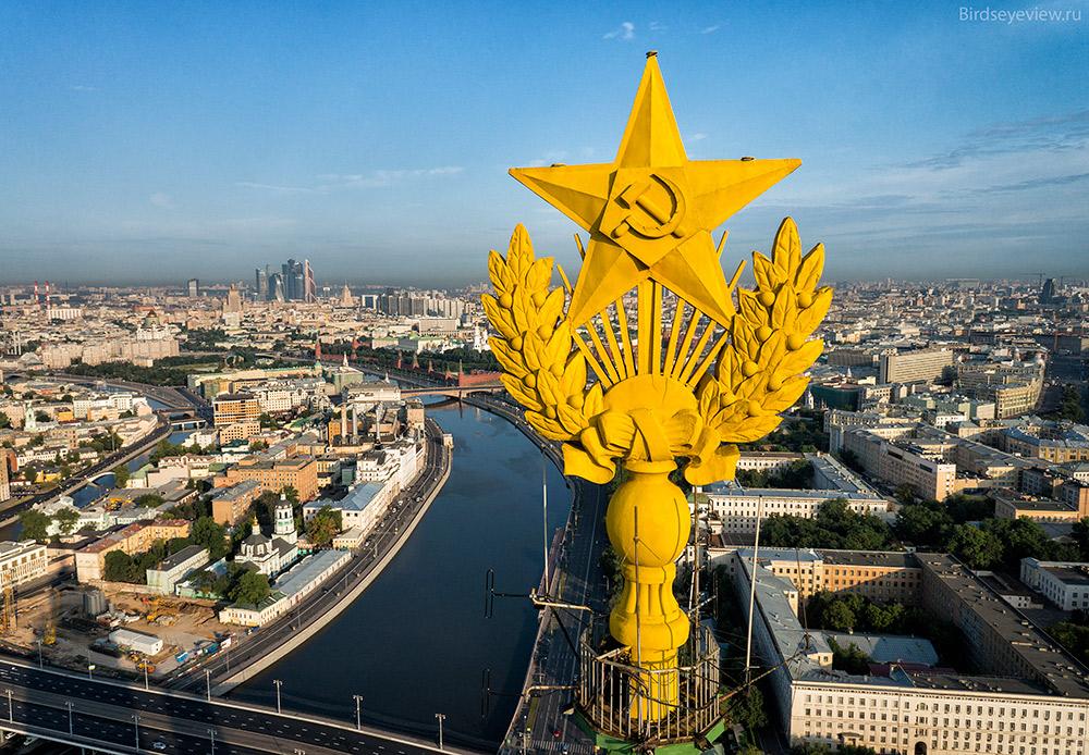 その7棟は以下の通りだ。ラディソン・ロイヤル・ホテル(旧ホテル・ウクライナ)、コテーリニチェスカヤ河岸通りの芸術家アパート、クドリンスカヤ広場の文化人アパート、ヒルトン・レニングラードスカヤ・ホテル、外務省、モスクワ国立総合大学本館、それから赤門(クラースニエ・ヴォロタ)管理棟ビルだ。/ コテーリニチェスカヤ河岸通りの芸術家アパート。高さ:176メートル