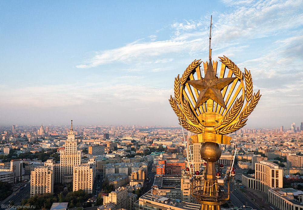 星がつけられているのは7棟のセブンシスターズのうちの6棟だけである。外務省の建物の尖塔は、星を設置するには強度が不足していることが判明したからだ。/ ヒルトン・モスクワ・レニングラードスカヤ。高さ:136メートル