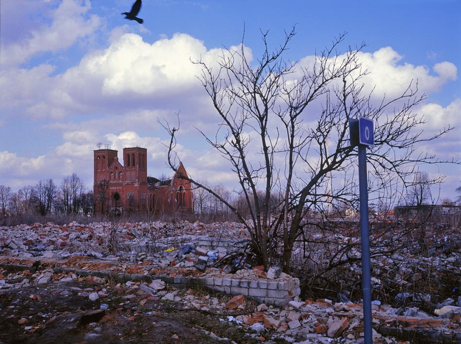 """Порутена германска църква, Чернишевское. / Гр. Калининград се развива бързо в годините след войната поради стратегическото си местоположение, присъствието на войници и масовия наплив на съветски преселници. Районът е затворен за чужденци, с изключение на редките """"другарски посещения"""" от съседна Полша."""