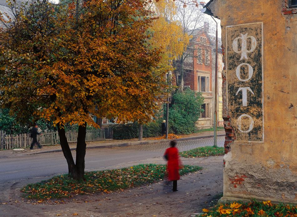 Избледняла реклама на фотостудио, Гусев (бивш Гумбинен). / Много къщи от периода преди войната в местните градове били преотстъпени за жилища на новите руски преселници, пристигнали след 1945 година.