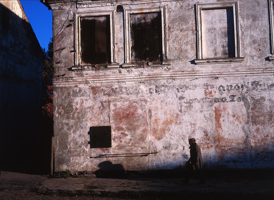Потъмнелите прозорци на стара германска къща в с. Ясное. / Към края на Втората световна война, през август 1944 г., Кьонигсберг е засегнат тежко от британските бомбардировки, особено в центъра. Много граждани загиват, старият град е изравнен със земята, а редица антични паметници са погубени.
