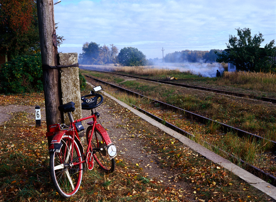 放置された鉄道駅にある、ベンツのハンドルをつけた改造自転車。 // 戦後、ドイツ人住民の排除が決まり、1945年6月から1948年にかけて50万人のプロイセン人が東ドイツへと追放された。