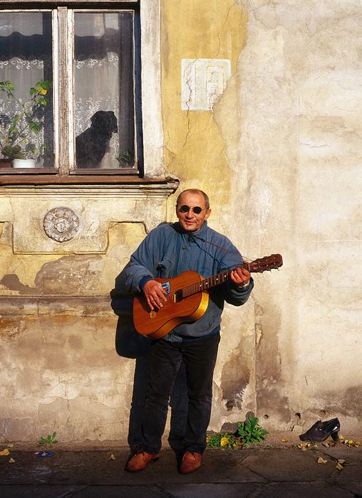 ギターを持つ男性。ソヴィエツク(旧ティルシト)。 // 地域の産業を建て直す為に、ドイツ人専門家が若干名カリーニングラードに残ったものの、彼らにソ連市民権が与えられる事はなかった。やがて最後に残ったドイツ人は、ソ連の他の地域から来たソ連市民に入れ替えられた。
