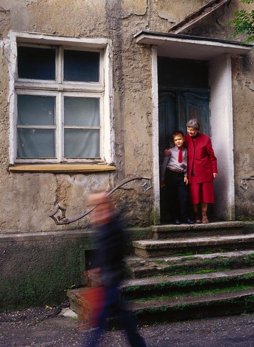 Баба и внук, Гусев (бивш Гумбинен). / На 4 юли 1946 г. след смъртта на партийния функционер Михаил Калинин Кьонигсберг е прекръстен на Калининград в негова чест, въпреки че той нямал пряка връзка с града. След това историческите германски градове в областта получават нови съветски имена.